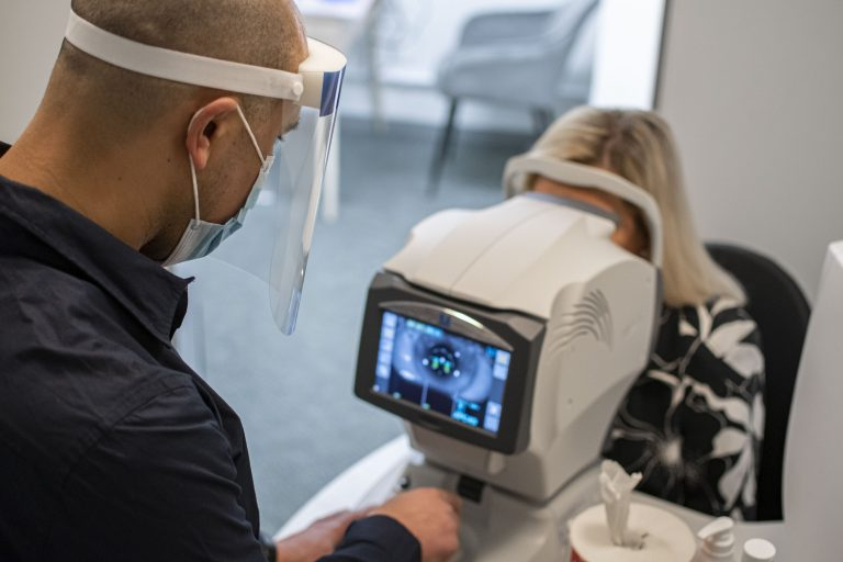 Optiker utför synundersökning i Borås